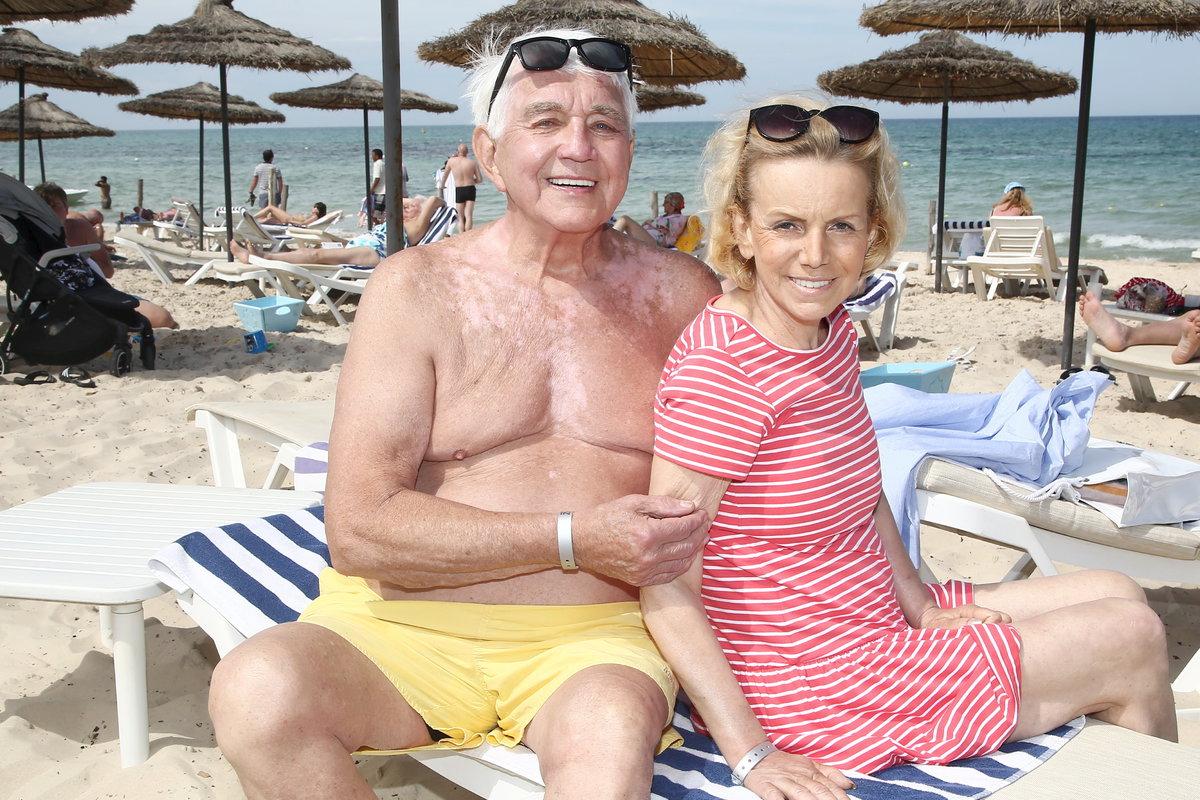 Hana Krampolová vyrazila z nemocnice rovnou na pláž. Do plavek se odvážil ale jen Jiří Krampol.