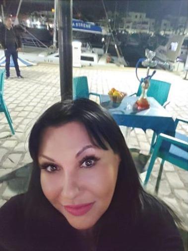 Jedna z několika selfie Dády Patrasové od moře v Tunisku