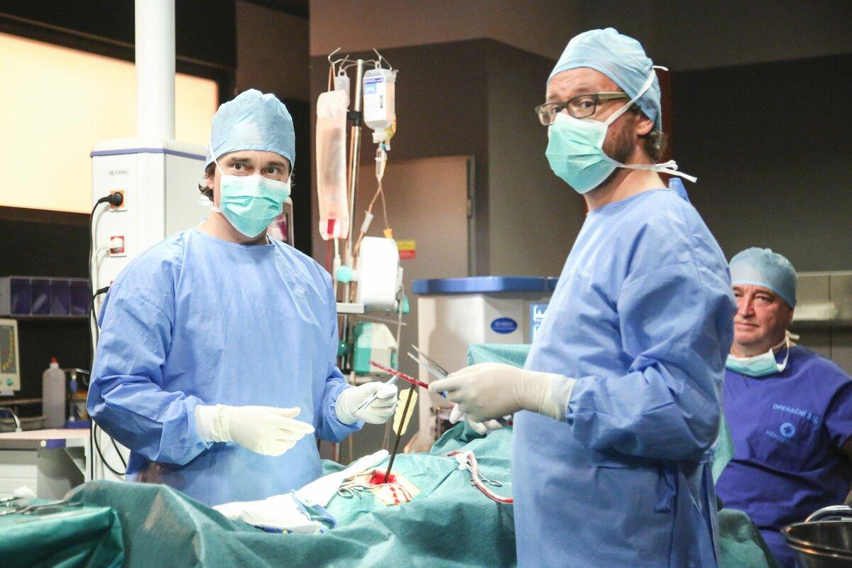 Na operačním sále se jako traumatolog už zabydlel.