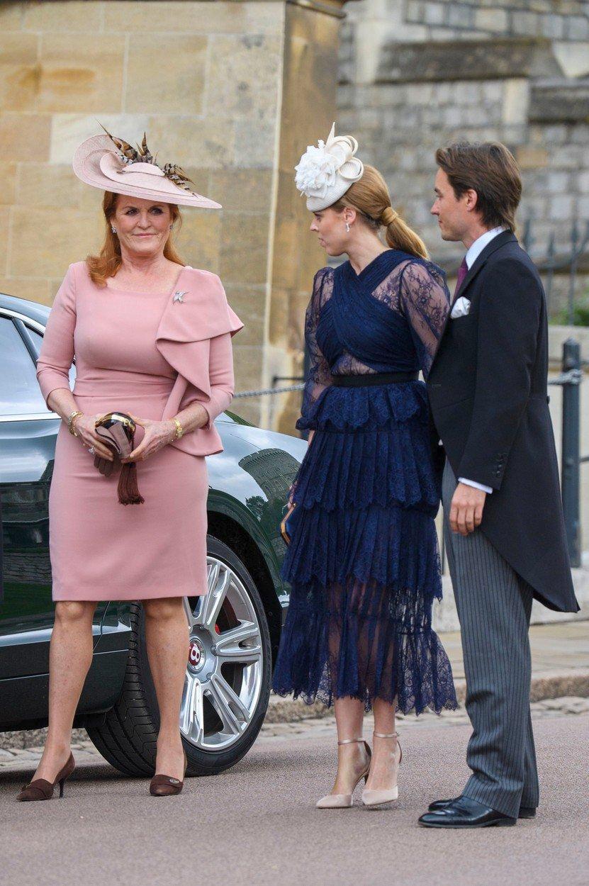 Princezna Beatrice se svou matkou přijela na královskou svatbu Lady Gabrielly Windsor.