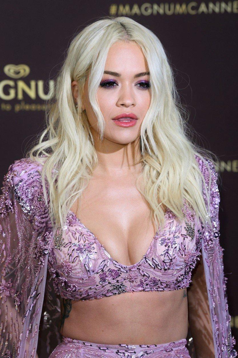 Na další akci v rámci festivalu v Cannes už byla bez šperků úplně