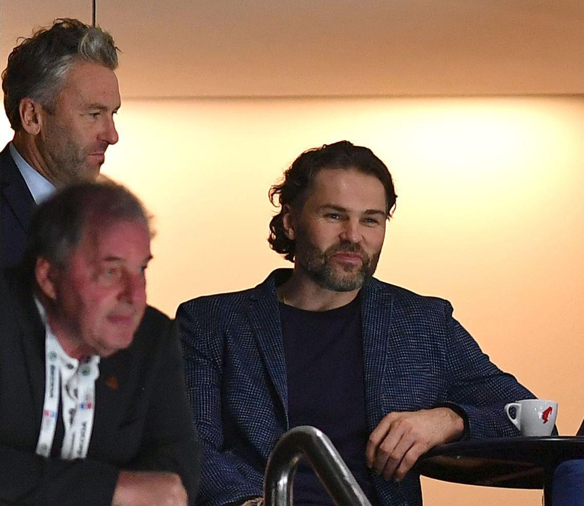 Jaromír Jágr s generálním manažerem Petrem Nedvědem během zápasu o bronz mezi Českem a Ruskem