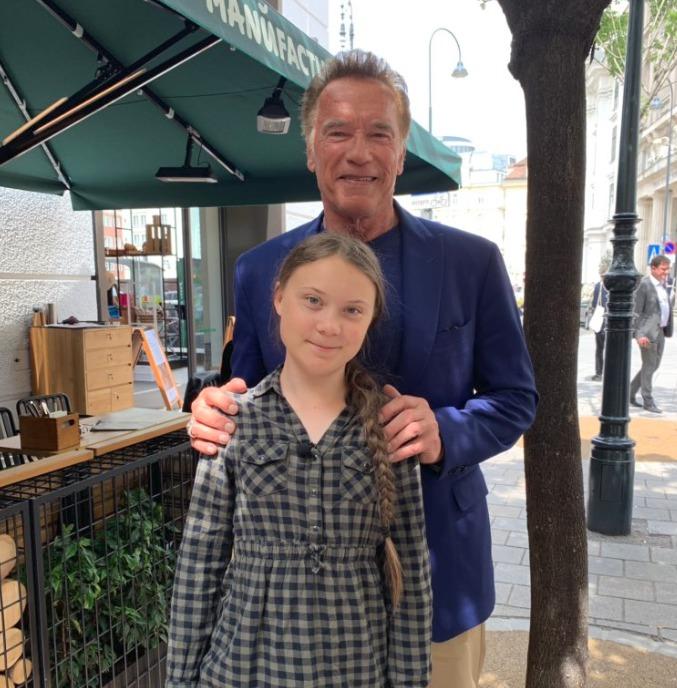 Švédská aktivistka Gréta (16) stála u zrodu studentských demonstrací za lepší klimatické podmínky. Na fotografii s oblíbeným hercem a kulturistou Arnoldem Schwarzneggerem