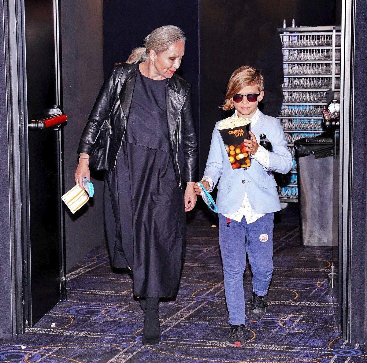 Na premiéru flmu Rocketman dorazila Bára Basiková se synem Teodorem.