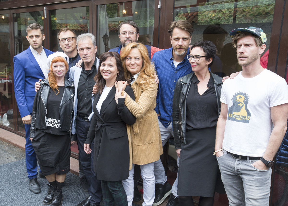 Petici podepsaly hvězdy Ungeltu. (zleva): V. Navrátil, B. Štěpánová, P. Stach, M. Hein, A. Mihulová, M. Daniel, S. Stašová, V. Vašák, K. Frejová, J. Nosek