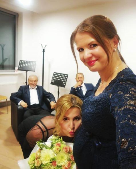 Karel a Ivana Gottovi gratulují Anetě Stolzové a jejímu partnerovi k těhotenství