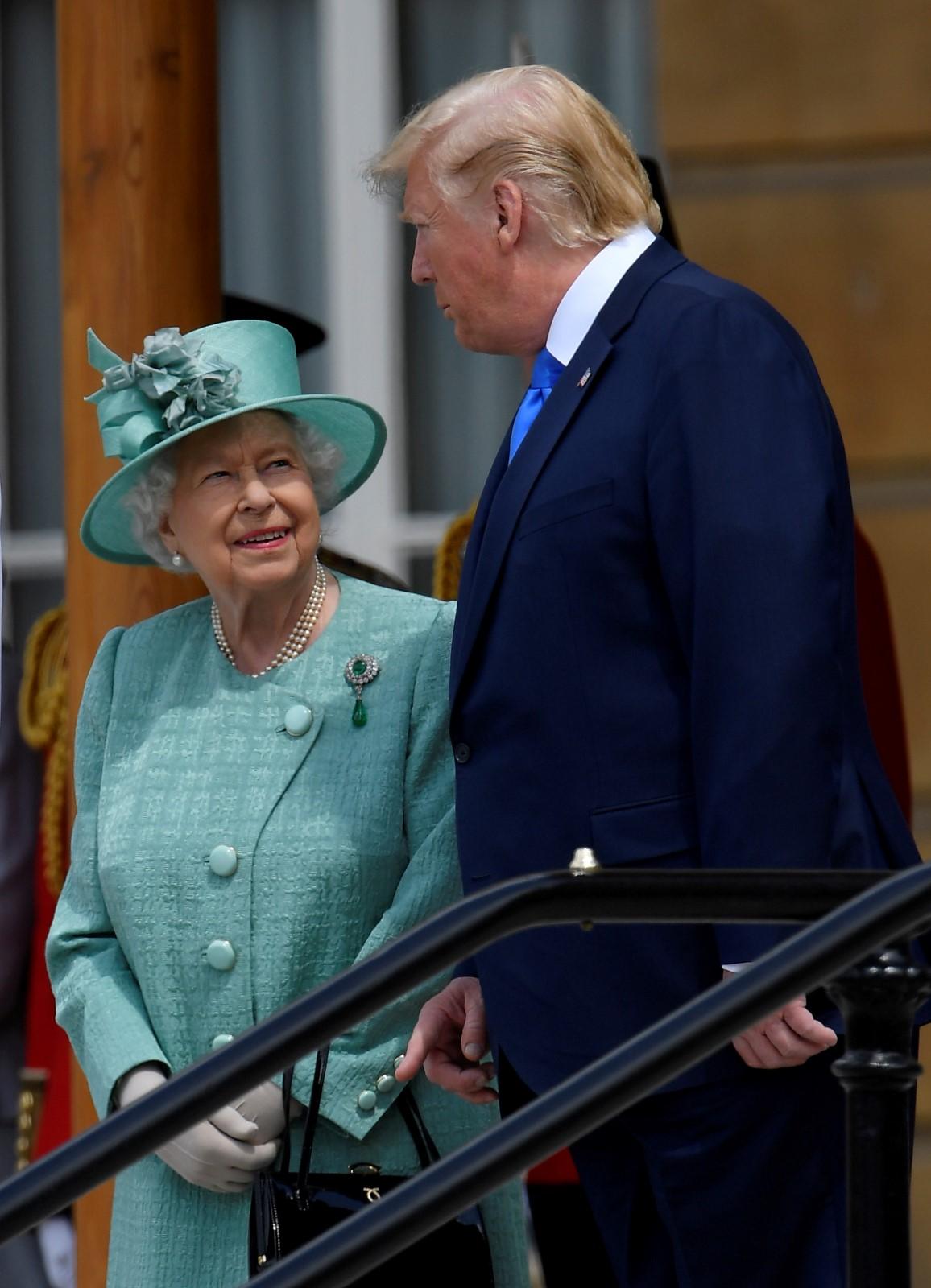 Britská královna Alžběta II. uvítala Trumpa v Buckinghamském paláci