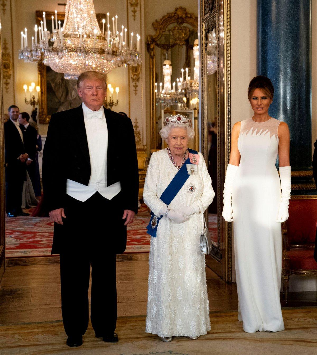 Americký prezident Donald Trump a britská královna Alžběta II. a manželka prezidenta Melania Trumpová během slavnostního banketu v Buckinghamském paláci, které slouží jako sídlo britského panovníka (3.6.2019)