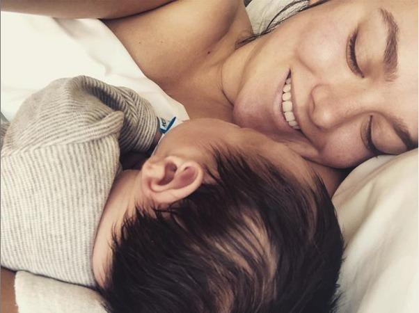 Ewa Farna se pochlubila po porodu snímkem se synem.