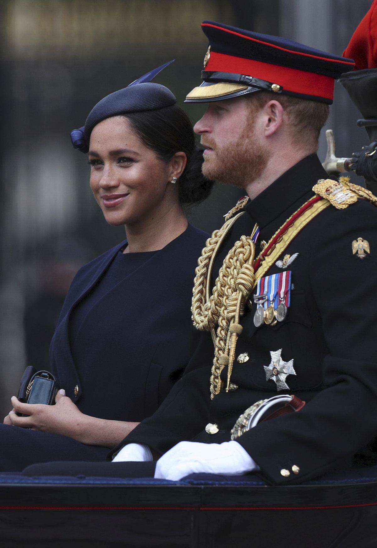 Vévodkyně Meghan a princ Harry na oslavách královny