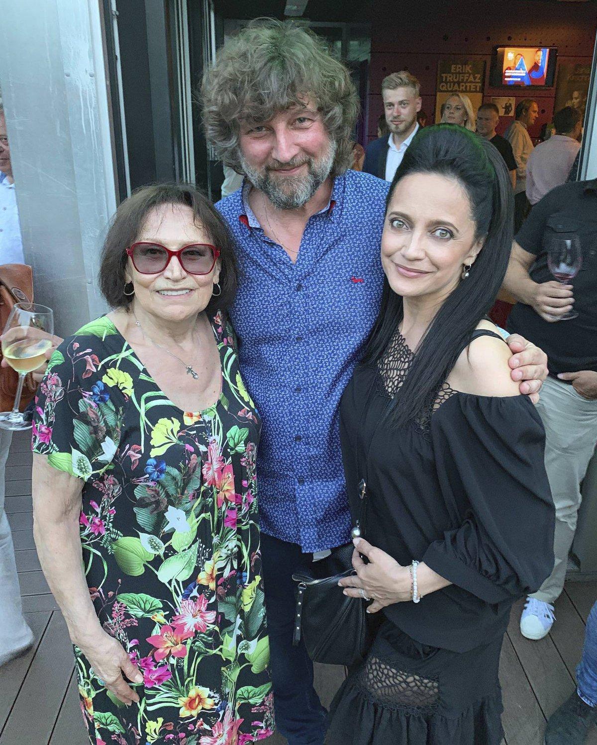 Martu Kubišovou a Lucii Bílou Malásek léta doprovází na jejich koncertech.