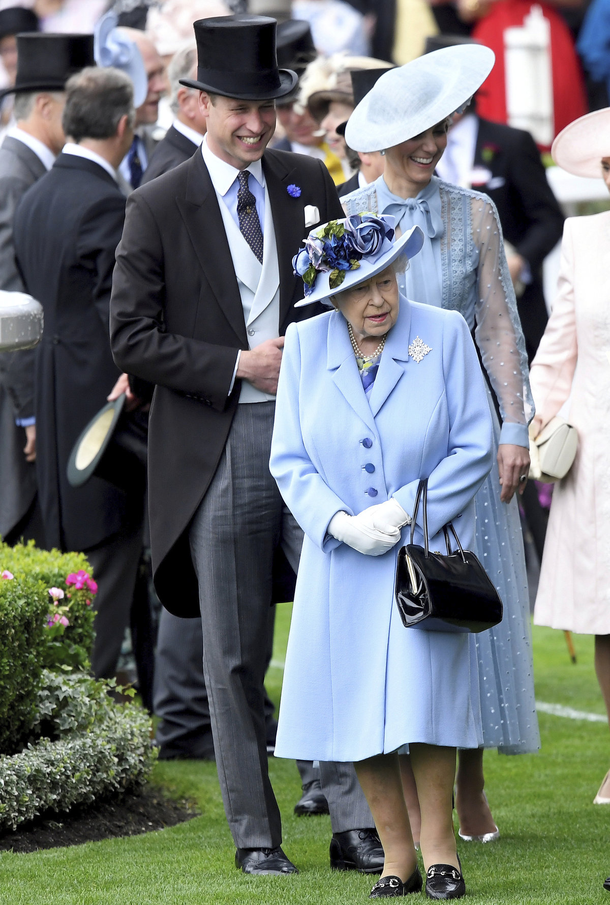 Královna Alžběta II. a princ William s manželkou Kate