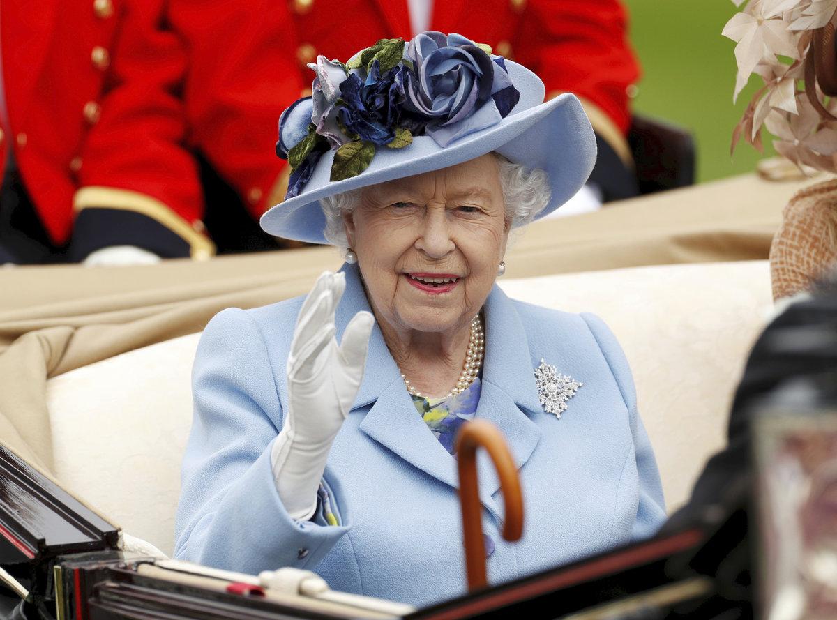 Královna kynula davům