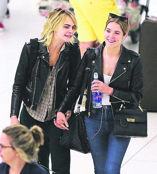 Se svojí poslední holkou, Ashley. Vypadají spokojeně...