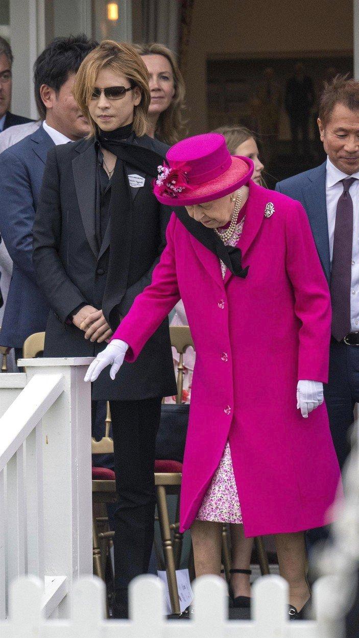 Královna Alžběta II. se zamotala do Yoshikiho šály