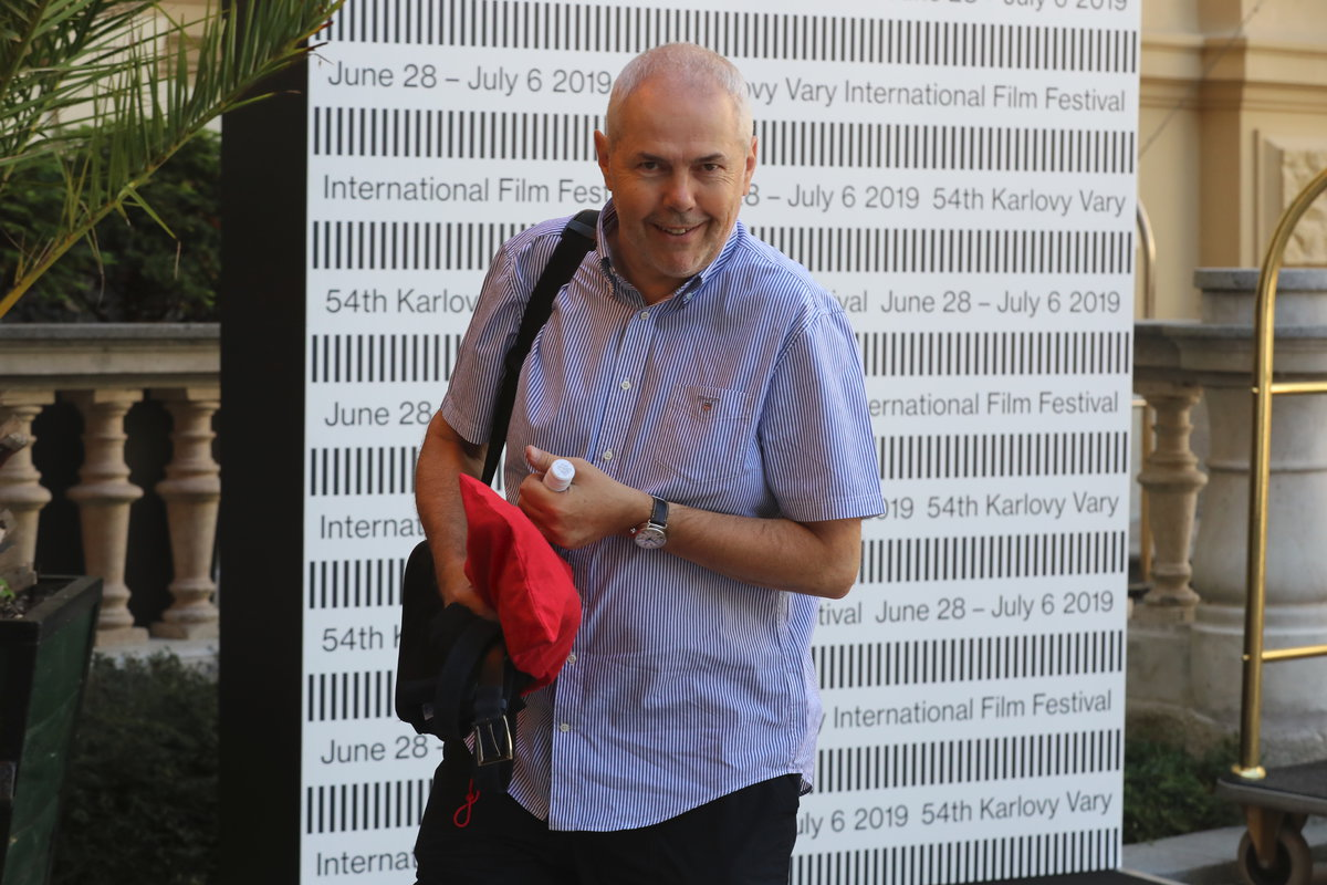 Moderátor Marek Eben před Grandhotelem Pupp