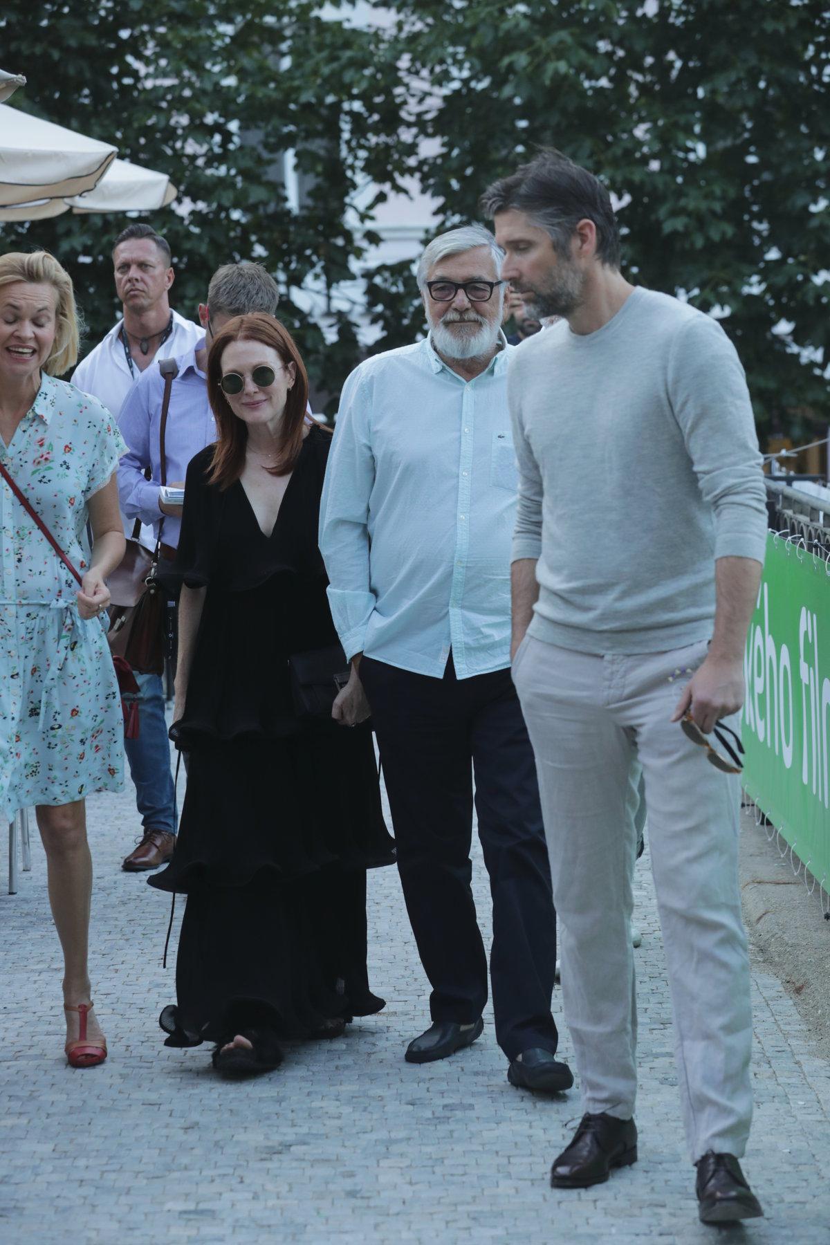 Julianne Moore míří na večeři s Jiřím Bartoškou
