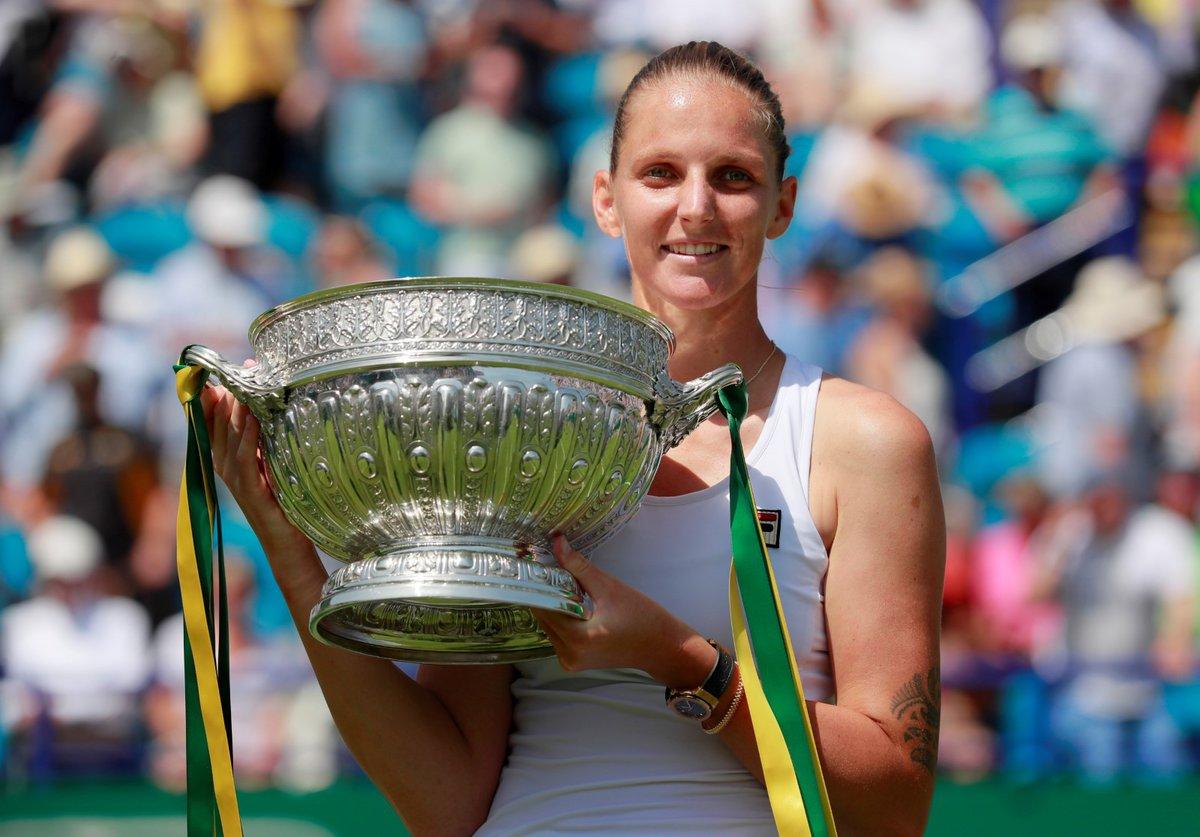 Karolína Plíšková s pohárem pro vítězku turnaje v Eastbourne