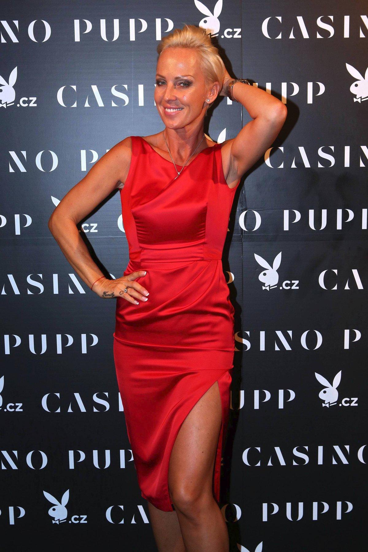 Zuzana Belohorcová. Bývalá moderátorka erotického pořadu Peříčko provokovala v rudých šatech.