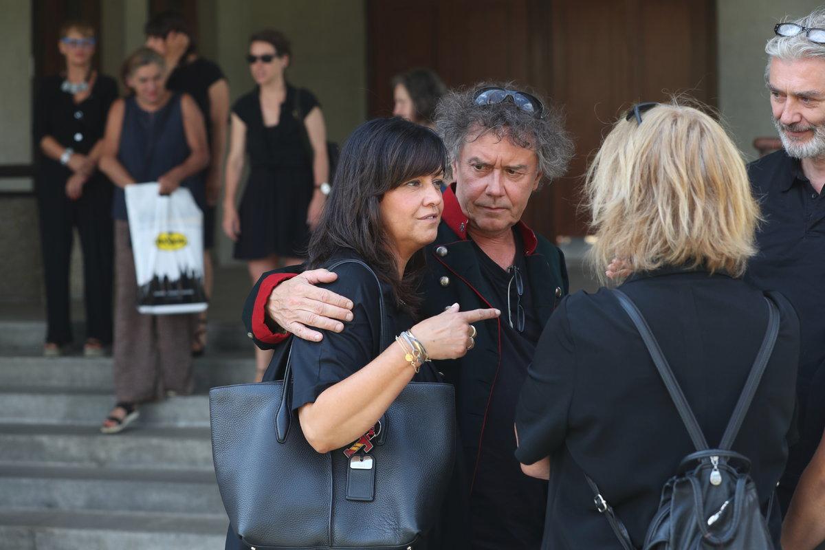 Sourozenci Marek Brodský a Tereza Brodská před krematoriem.
