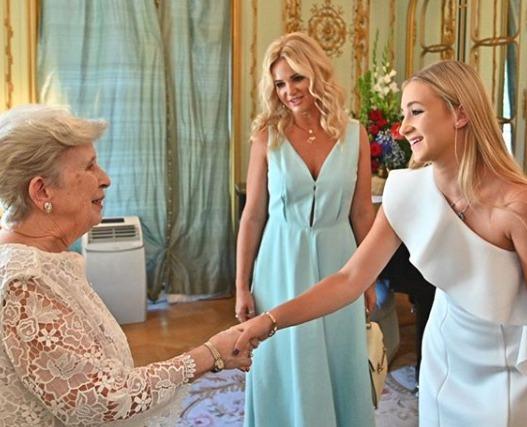 Monika a Vivien na konci června doprovodily premiéra Andreje Babiše do sídla amerického velvyslance v Praze.