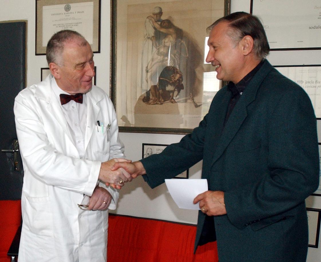 Profesor Josef Koutecký na archivním snímku se Zdeňkem Nehodou.
