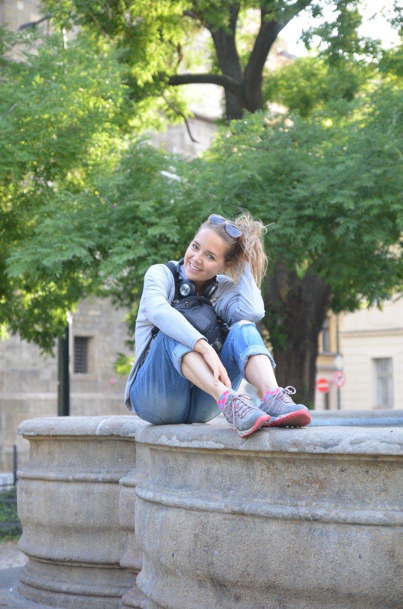 Lucie Vondráčková na procházce Prahou