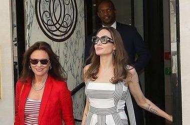 Dvě ženské herecké legendy se prošly ulicemi Paříže.