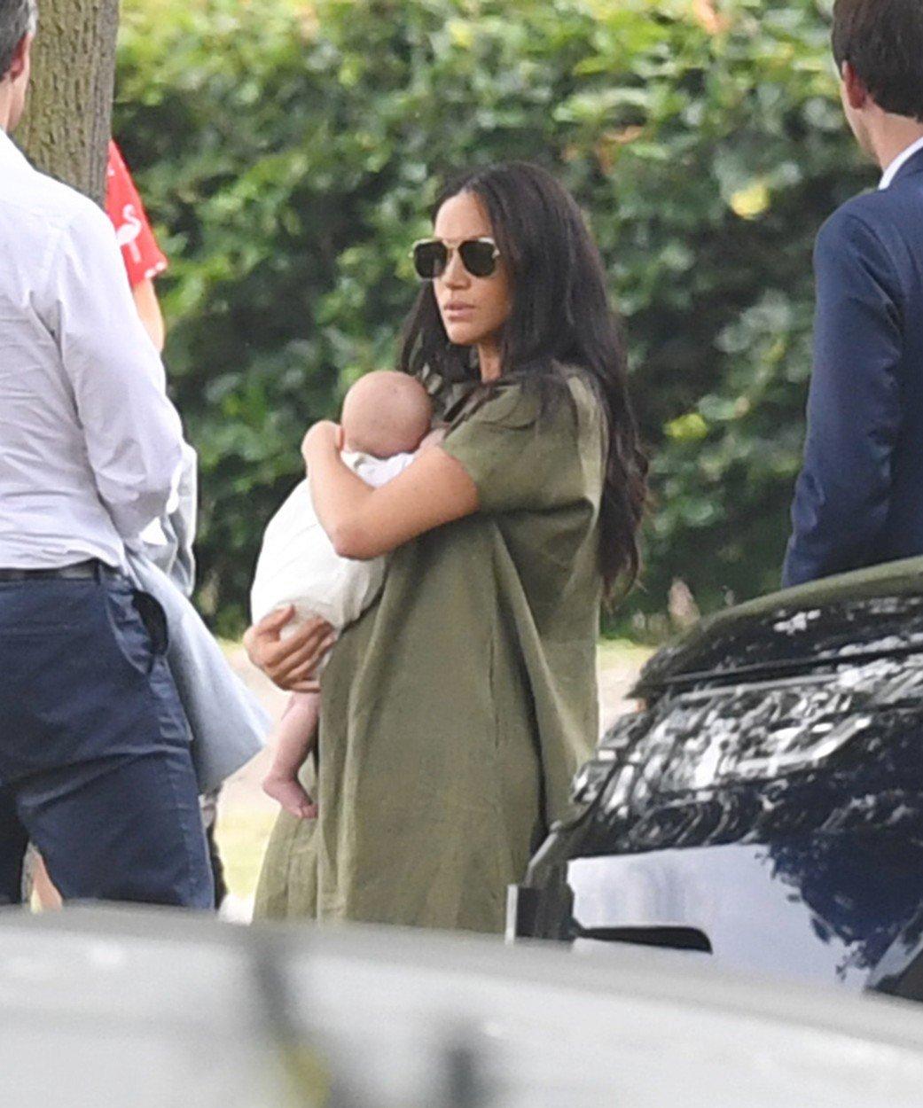 Vévodkyně Meghan s malým Archiem na utkání v pólu