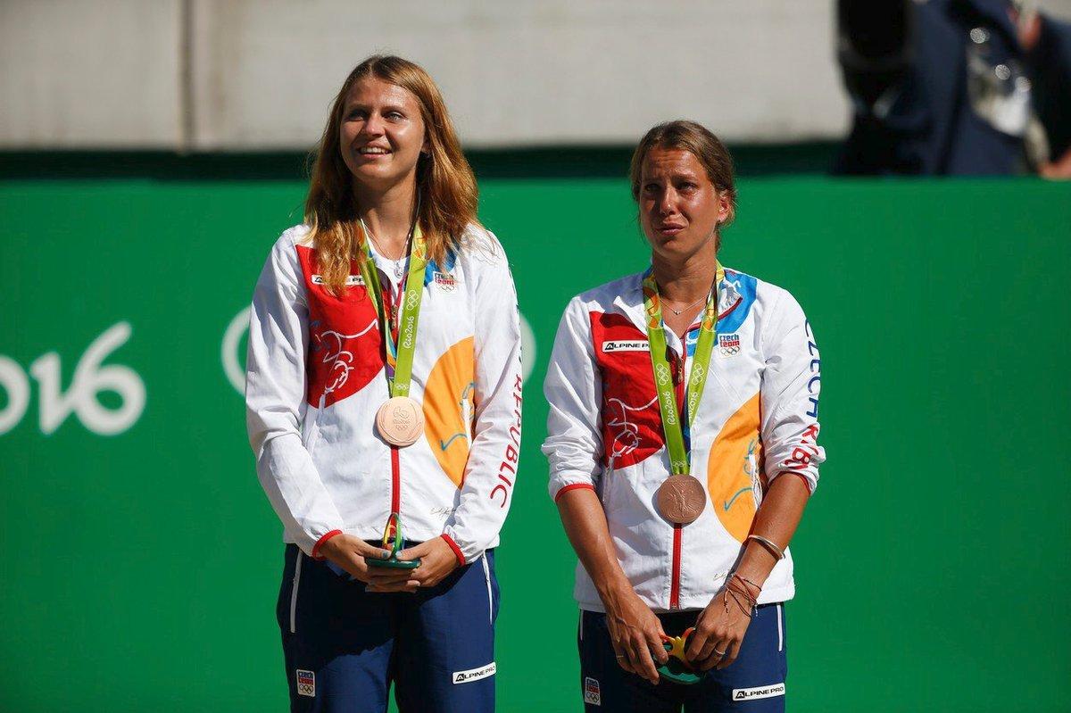 Barbora Strýcová s Lucií Šafářovou získaly na olympijských hrách v Riu bronz v soutěži deblisetek