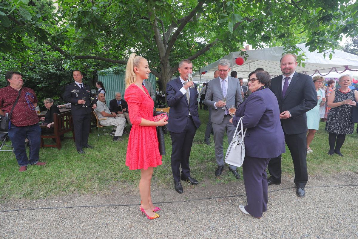 Andreje Babiše doprovodila na recepci na francouzské velvyslanectví dcera Vivien, přišla i ministryně Benešová či Jeroným Tejc