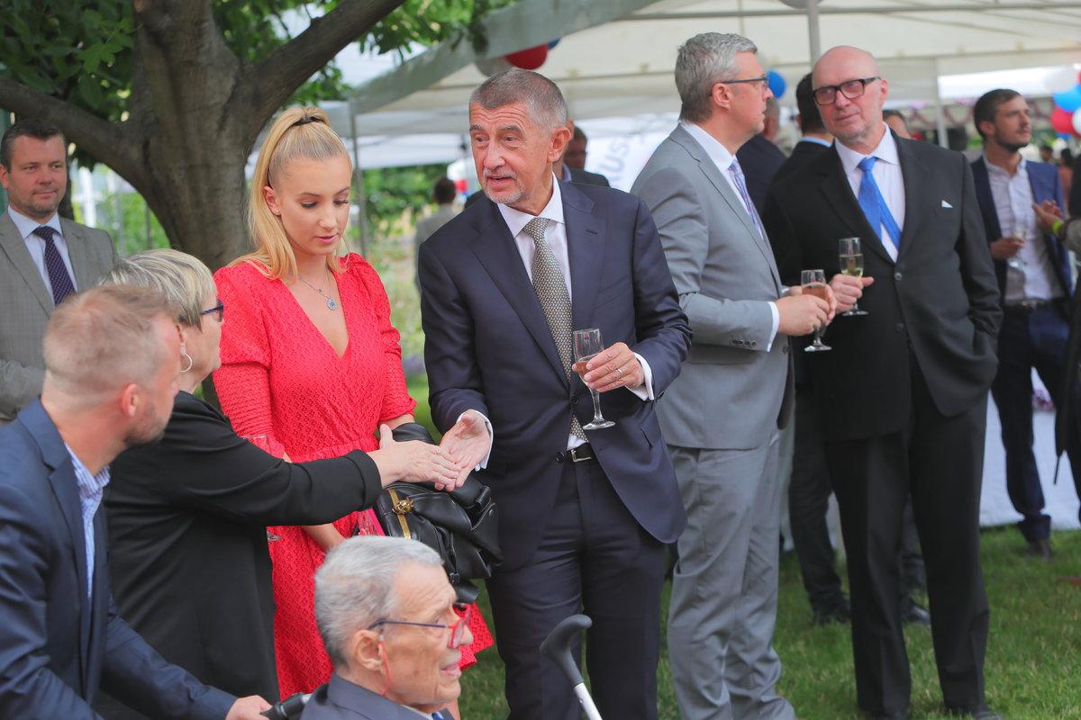 Recepce na francouzské ambasádě: Vivien Babišová s otcem (11.7.2019)