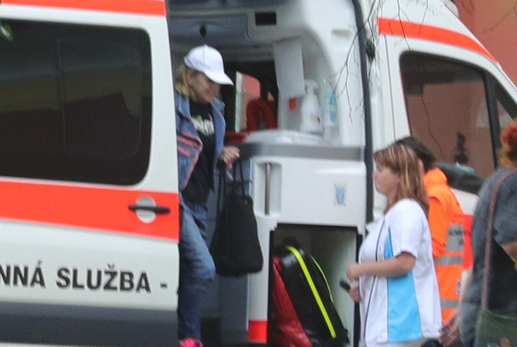 Záchranáři ji z nemocnice převezli do léčebny.