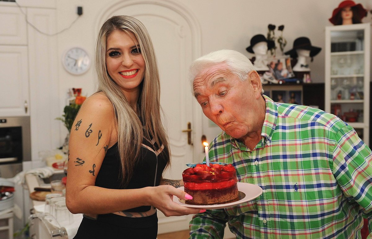 Jirka sfoukl jednu svíčku, dort držela Domenica ze slavného cirkusového rodu Berousků.