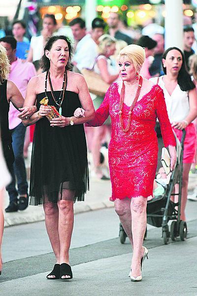 Po boku kamarádky tráví čas v St. Tropez.