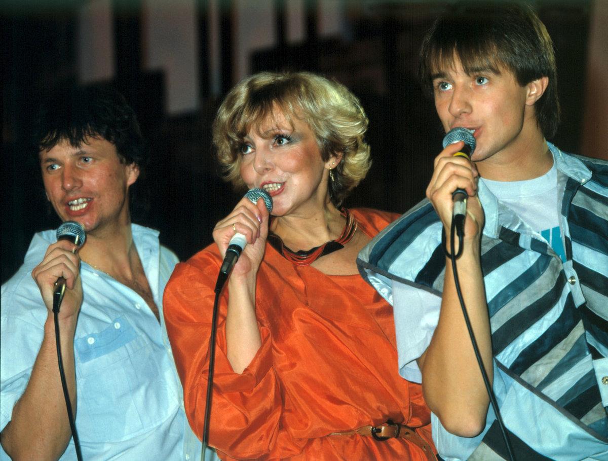 Od roku 1980 vystupovala Hana Zagorová s »pěveckým křovím«, tedy se Standou Hložkem (vlevo) a Petrem Kotvaldem.