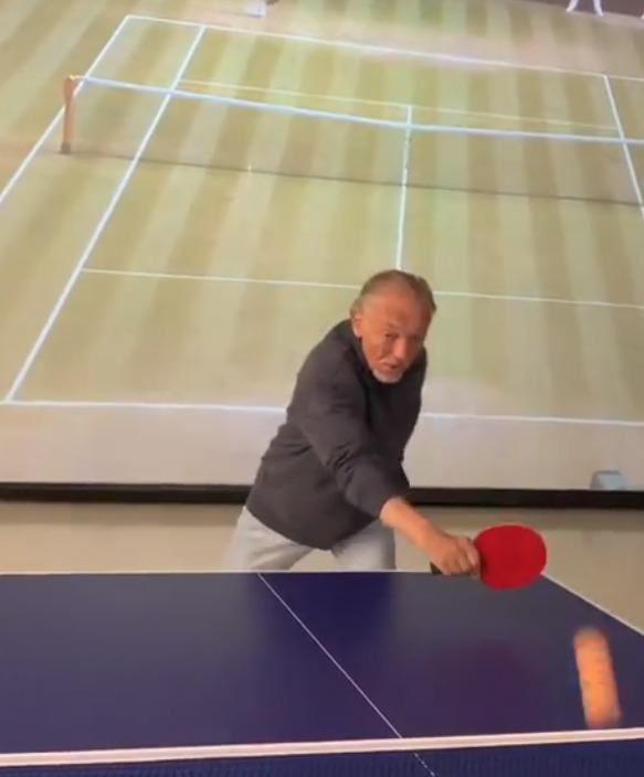 Karel Gott hraje ping pong