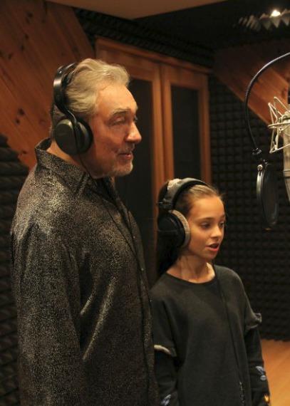 Karel s dcerou Charlotte natáčí Andělskou.