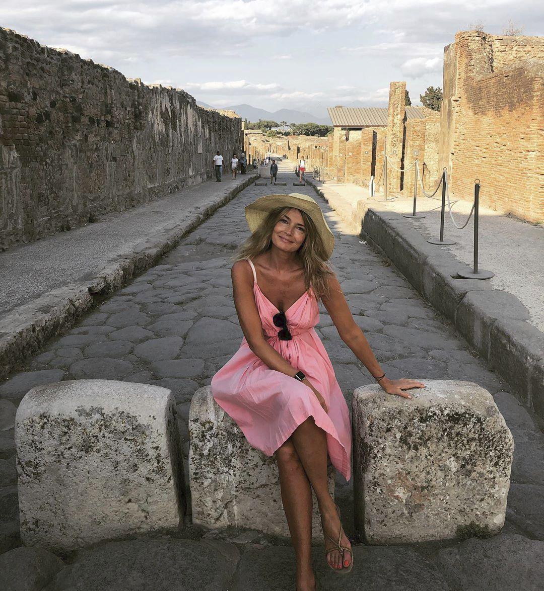 Růžových šatů za 25 dolarů si nejdříve všimla zahraniční média při její dovolené v Itálii