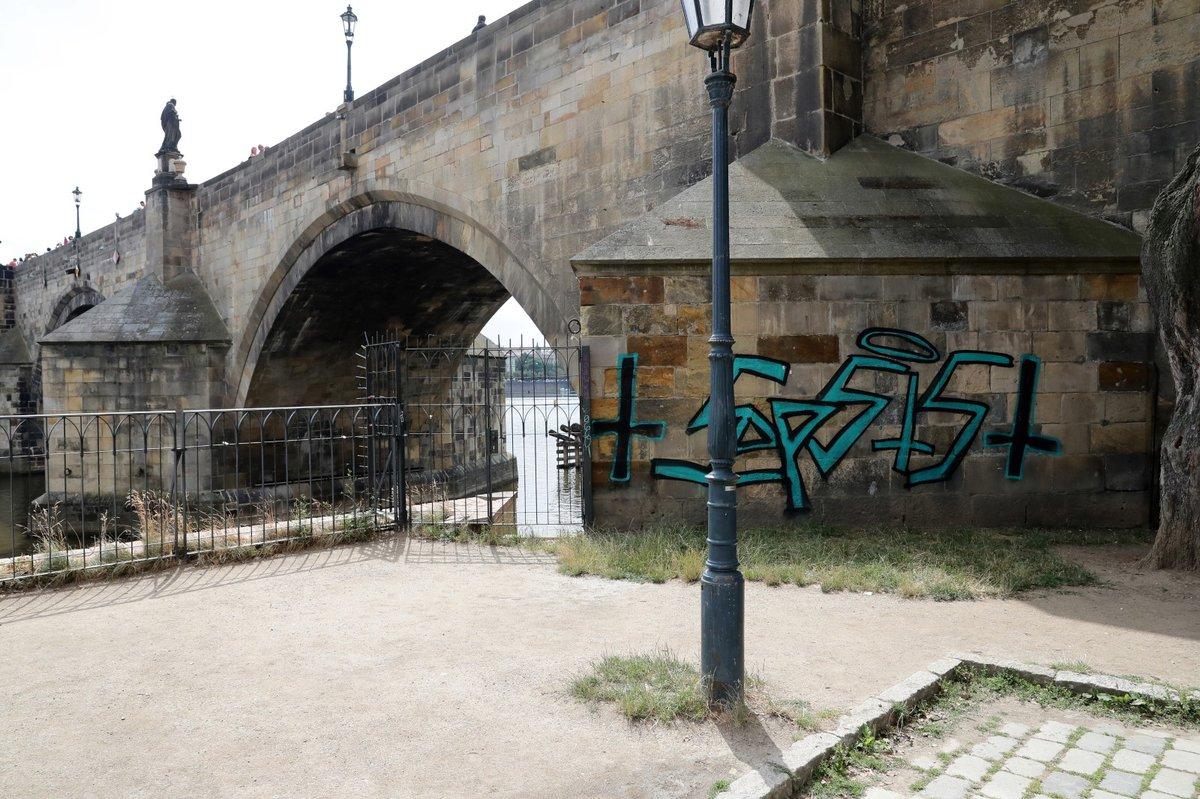 Sprejeři počmárali Karlův most.