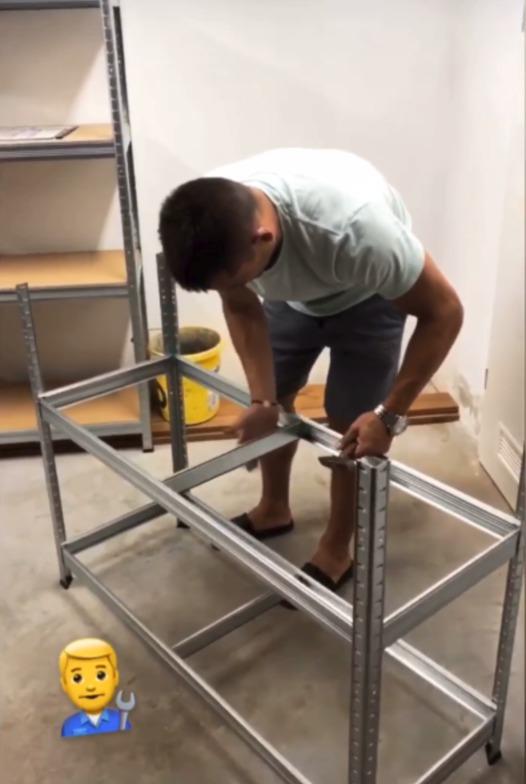 Tomáš Plekanec v Brně staví regály.