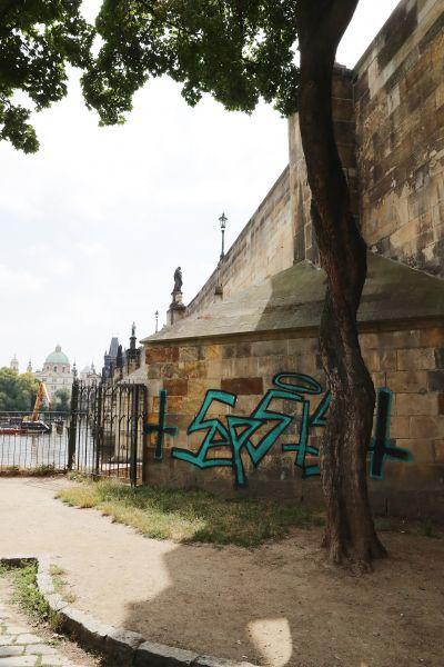 O způsobu odstranění graffiti z pilíře Karlova mostu musí rozhodnout památkáři.