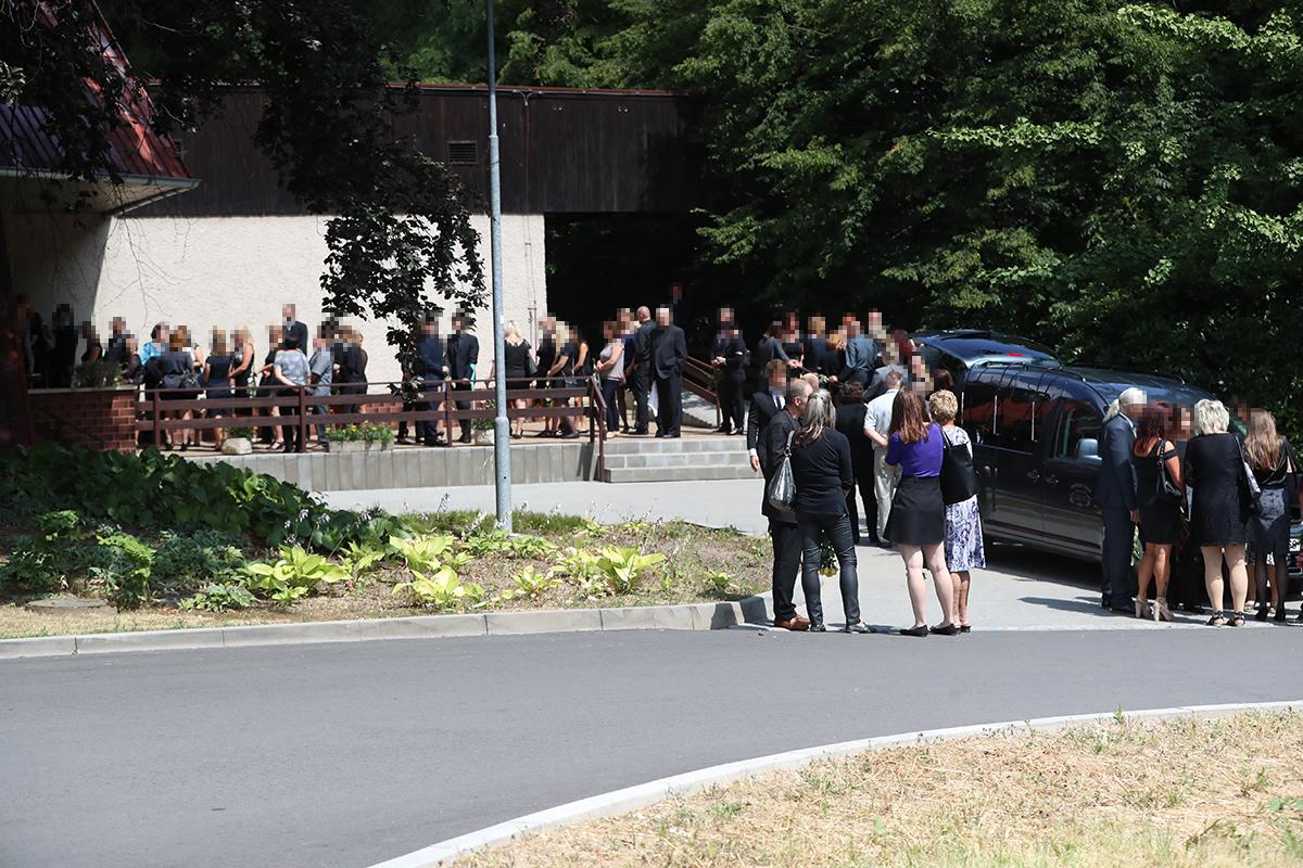 Pohřeb zastřelené ženy