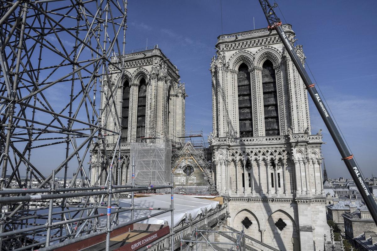 Katedrála Notre-Dame tři měsíce po požáru: Stále probíhá odklízení ohořelého dřeva a hrozí pád střechy