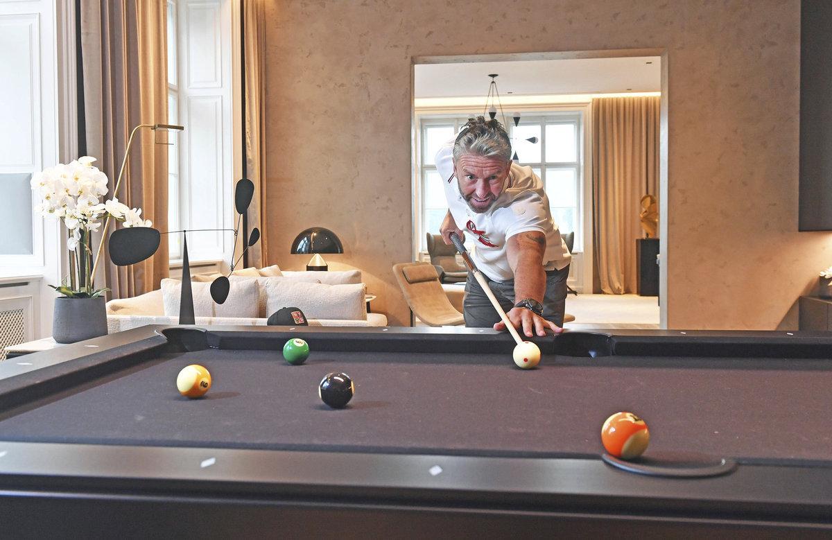 Bývalý dlouholetý hráč NHL Petr Nedvěd si doma rád zahraje kulečník