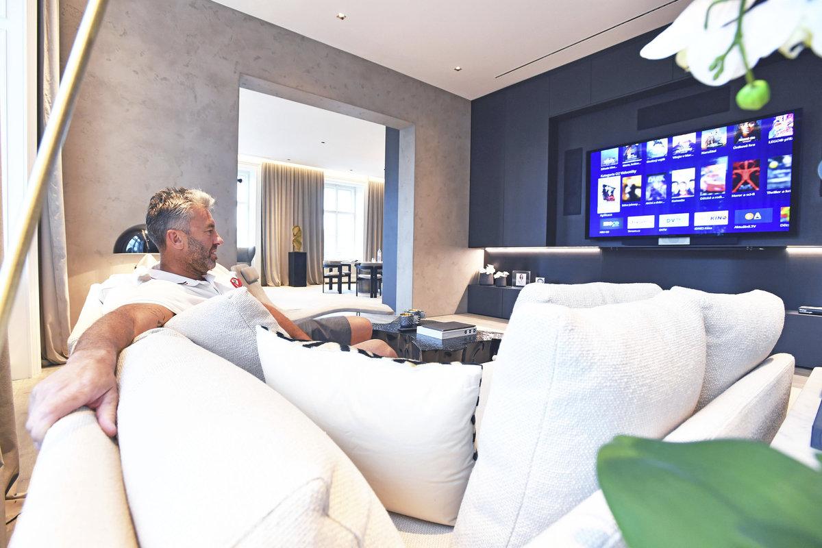 Na úplné detaily si Petr Nedvěd nepotrpí, nicméně potřebuje mít pořádnou televizi s kvalitním ozvučením a kvalitní matraci