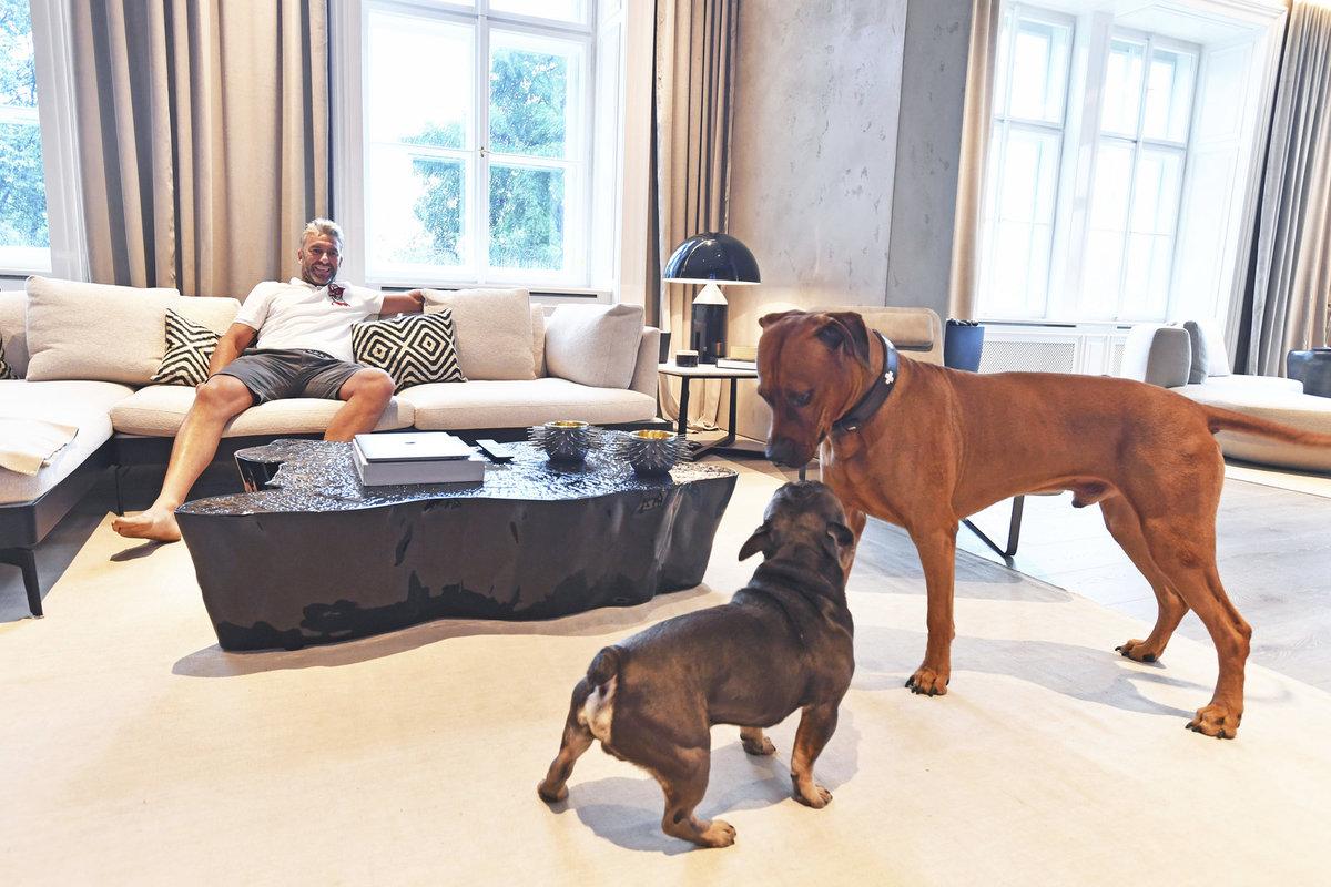 Petr Nedvěd si přes léto může užívat pohodu i se svými psy, poté ho bude zase čekat práce generálního manažera české reprezentace