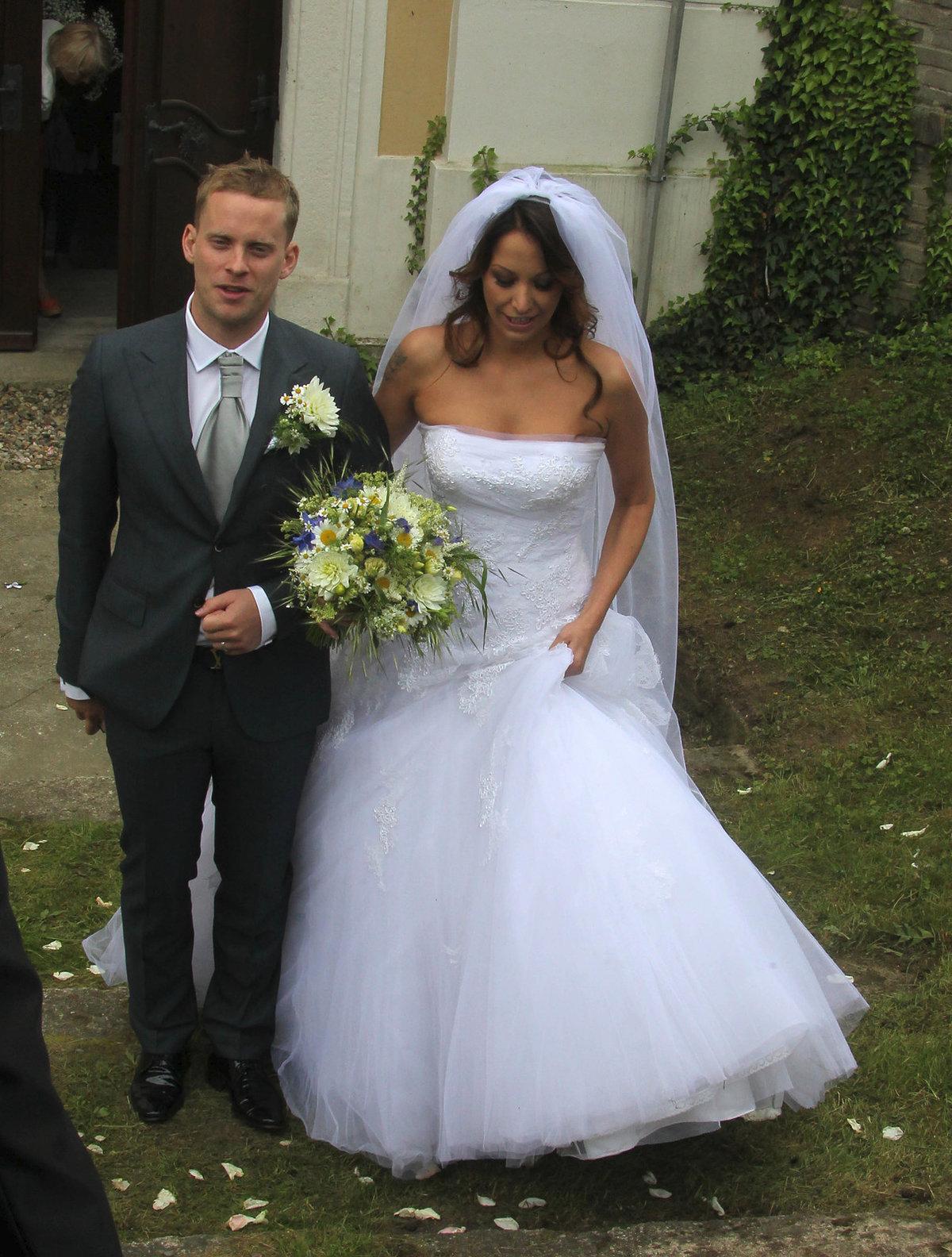 Agáta ve svatebním po boku svého manžela Jakuba Prachaře