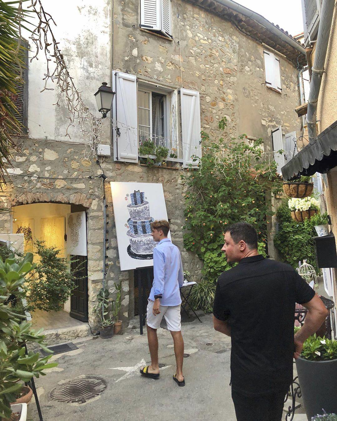 Ve Francii je s Monikou Babišovou také premiérův syn Frederik. Na výlet se oblékl stylově do modré lehké košile