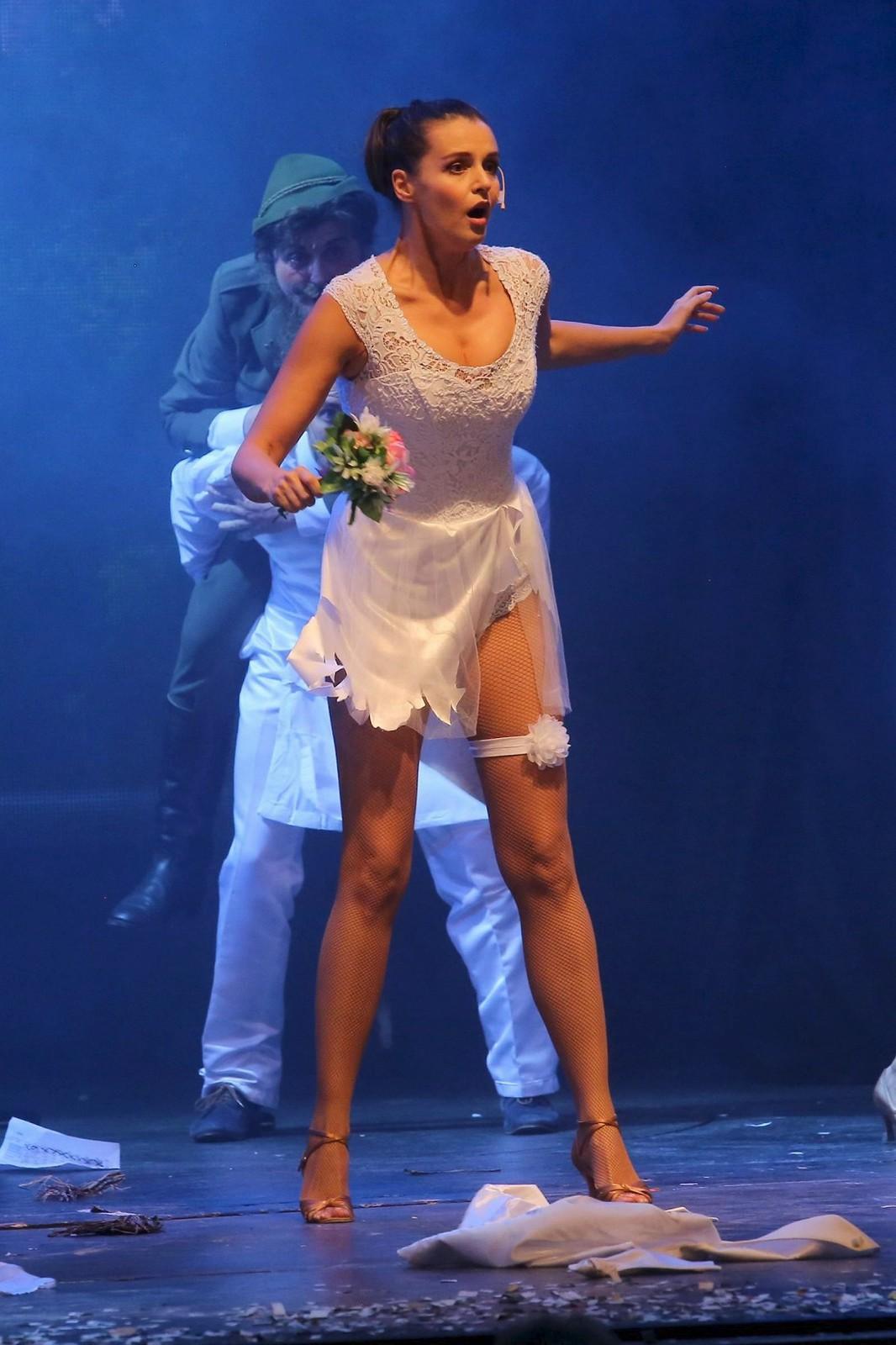 V muzikálu se Iva obnažuje, neboť na učitelce Veverkové roztrhají svatební šaty.